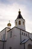 Iglesia blanca con las bóvedas del oro Foto de archivo
