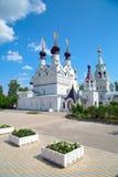 Iglesia blanca con las bóvedas negras en el monasterio de las mujeres Imagenes de archivo