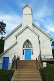 Iglesia blanca con las puertas y el vitral azules imagenes de archivo