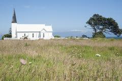 Iglesia blanca con los caballos. Imagen de archivo