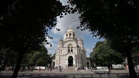 Iglesia blanca de la catedral ortodoxa al lado del camino almacen de metraje de vídeo