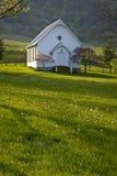 Iglesia blanca de la tablilla en las montañas de Virginia. Fotografía de archivo libre de regalías