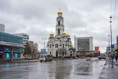 Iglesia blanca de Nikolo-Maximilianovskaya, en la primavera, en tiempo lluvioso Foto de archivo