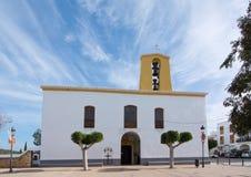 Iglesia blanca de Santa Gertrudis en la Navidad Foto de archivo libre de regalías