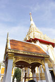 Iglesia blanca de Tailandia con el cielo azul Fotos de archivo