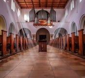 Iglesia blanca dentro del panorama Imagenes de archivo