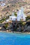 Iglesia blanca en el puerto de IOS-isla, Grecia fotos de archivo libres de regalías