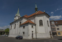 Iglesia blanca en la ciudad de Trmice en Bohemia del norte imagenes de archivo