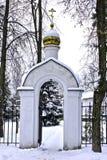 Iglesia blanca en un día reservado, escarchado Imágenes de archivo libres de regalías