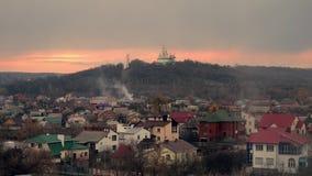 Iglesia blanca en un fondo de un cielo nublado Cielo de la puesta del sol religión en Europa Oriental Poltava, Ucrania 4K almacen de video
