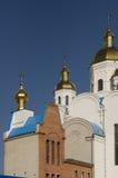 Iglesia blanca ortodoxa cristiana con las bóvedas y las cruces del oro Imagenes de archivo