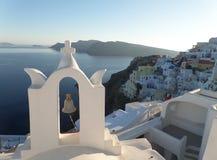 Iglesia blanca y mar azul en el pueblo de Oia de la isla de Santorini Foto de archivo libre de regalías
