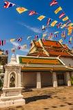 Iglesia budista con la decoración de las banderas Imagenes de archivo