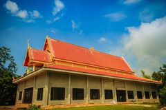 Iglesia budista pública colorida en la zona rural del th de Tailandia Imagen de archivo libre de regalías