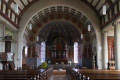 Iglesia católica alemana con los detalles religiosos alrededor del altar y de a Foto de archivo