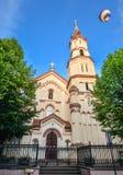 Iglesia católica antigua de todos los santos en el viejo centro de ciudad de Vilna y del cielo azul brillante, Lituania Fotografía de archivo libre de regalías