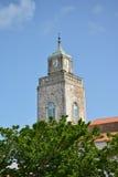 Iglesia católica con el reloj Imagen de archivo