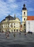 Iglesia católica de Hall And Bell Tower Of de la ciudad de Sibiu, Rumania fotografía de archivo libre de regalías