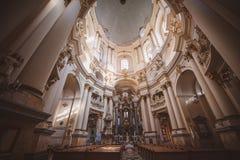 Iglesia católica dentro de la ciudad de Lviv, iglesia dominicana Foto de archivo