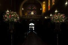Iglesia católica durante ceremonia de boda religiosa - prepare inscribir a su madre imagen de archivo libre de regalías