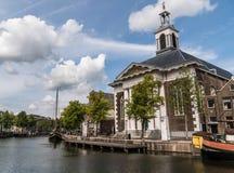 Iglesia católica en el puerto histórico viejo de Schiedam, los Países Bajos imagen de archivo libre de regalías
