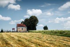 Iglesia católica en prado del verano Foto de archivo libre de regalías