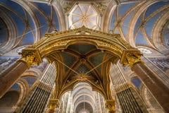 Iglesia católica interior imagenes de archivo