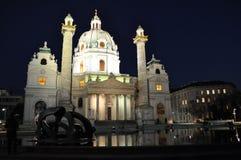 Iglesia católica Karlskirkhe en Viena en la noche Foto de archivo