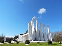 Iglesia católica moderna blanca, Lituania Imagenes de archivo