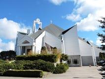 Iglesia católica moderna blanca, Lituania Foto de archivo