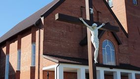 Iglesia católica moderna Jesús en cruz Exterior de la iglesia metrajes