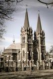 Iglesia católica romana con la cerca de la piedra y del hierro Imagenes de archivo