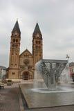 Iglesia católica romana y fuente Foto de archivo libre de regalías