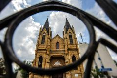 Iglesia católica rumana vista del anillo del metal foto de archivo libre de regalías