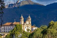 Iglesia católica vieja del siglo XVIII situado en el centro de la ciudad famosa e histórica de Ouro Preto foto de archivo
