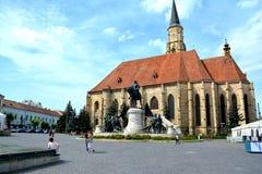 Iglesia católica y estatua de Matei Corvin en Cluj-Napoca, Transilvania Fotos de archivo libres de regalías