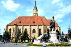 Iglesia católica y estatua de Matei Corvin en Cluj-Napoca, Transilvania Imagen de archivo