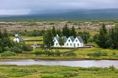 Iglesia, cementerio y casas islandeses rurales en el parque de Thingvellir Fotos de archivo libres de regalías