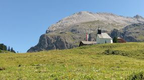 Iglesia cerca de Alpi di Siusi, dolomías, Italia fotografía de archivo libre de regalías
