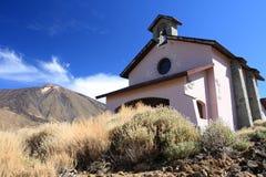 Iglesia cerca del volcán Fotos de archivo libres de regalías