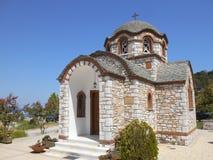 Iglesia cercana de la vista lateral de Agios Nikolaos y de Agia Anastasia en el puerto pesquero de Olympiada, Halkidiki fotografía de archivo