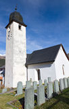 Iglesia clásica blanca de la aldea, Suiza imagen de archivo