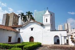 Iglesia colonial y rascacielos modernos fotos de archivo
