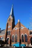 Iglesia con el camión azul parqueado en frente Foto de archivo