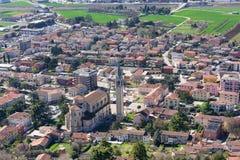 Iglesia con el campanario del maggiore del montecchio y del urbano Fotografía de archivo libre de regalías