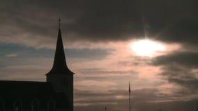 Iglesia con el sol en fondo almacen de metraje de vídeo