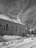 Iglesia con la cruz en invierno Foto de archivo