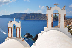 Iglesia con las campanas en Oia, Santorini fotos de archivo
