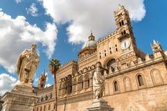 Iglesia con las estatuas de santos, Sicilia, Italia de la catedral de Palermo foto de archivo libre de regalías