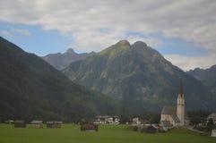 Iglesia con las montañas en el fondo Imagen de archivo